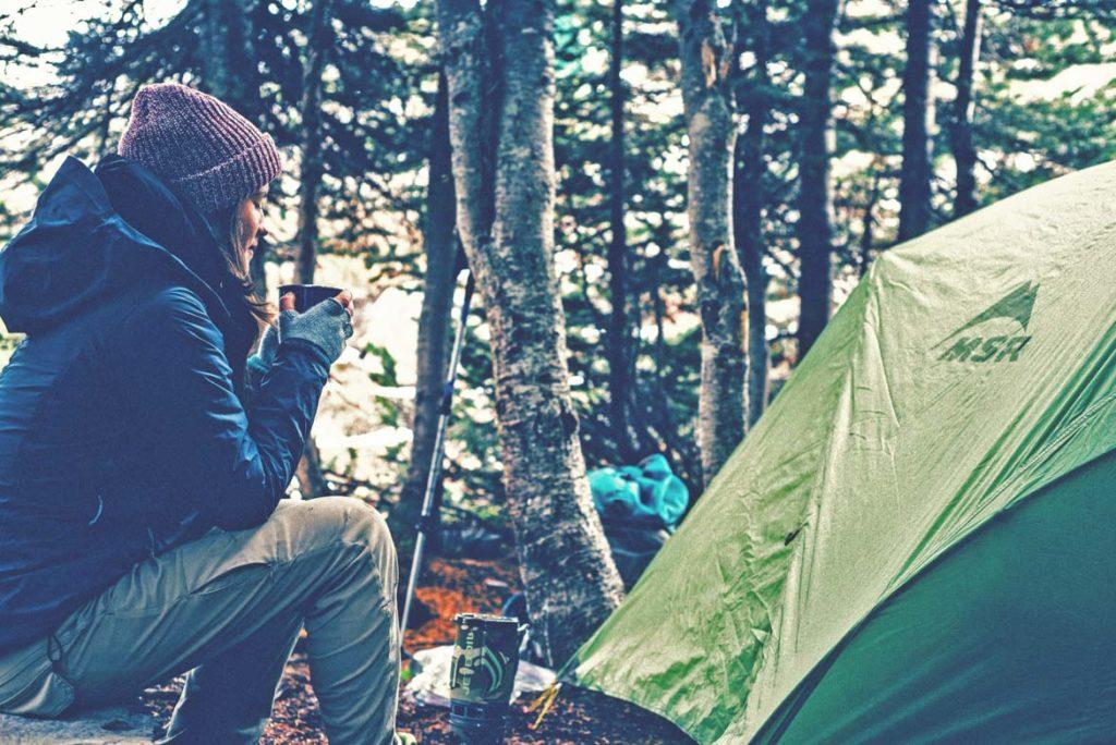 Frau vor einem Zelt