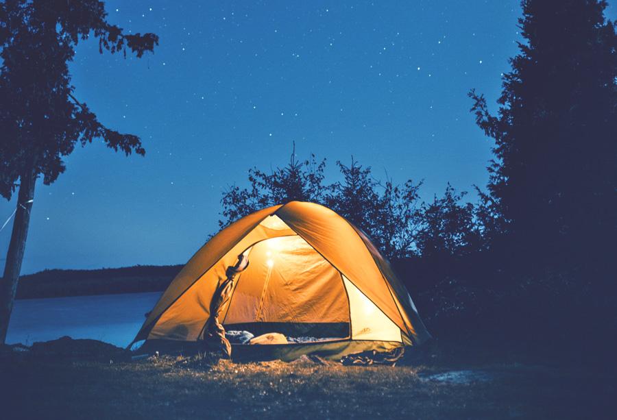 Zelt in der Natur bei Nacht